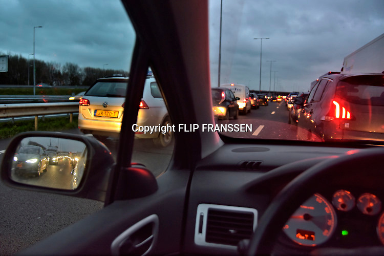 Nederland, Arnhem, 28-6-2019 Woon-werkverkeer . Verkeer op de snelweg A12 staat in een file. Foto: Flip Franssen