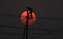 November 21, 2018 - Allahabad, Uttar Pradesh, India - An Electric worker install temporary electricity line at Sanam ahead of Kumbh area in Allahabad. (Credit Image: © Prabhat Kumar Verma/ZUMA Wire)