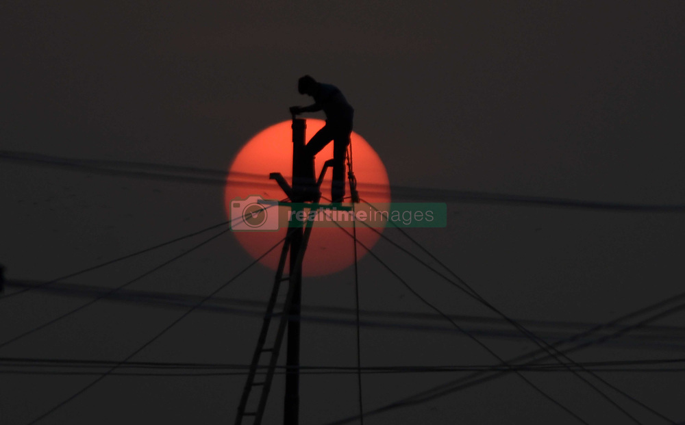 November 21, 2018 - Allahabad, Uttar Pradesh, India - An Electric worker install temporary electricity line at Sanam ahead of Kumbh area in Allahabad. (Credit Image: © Prabhat Kumar Verma/ZUMA Wire)