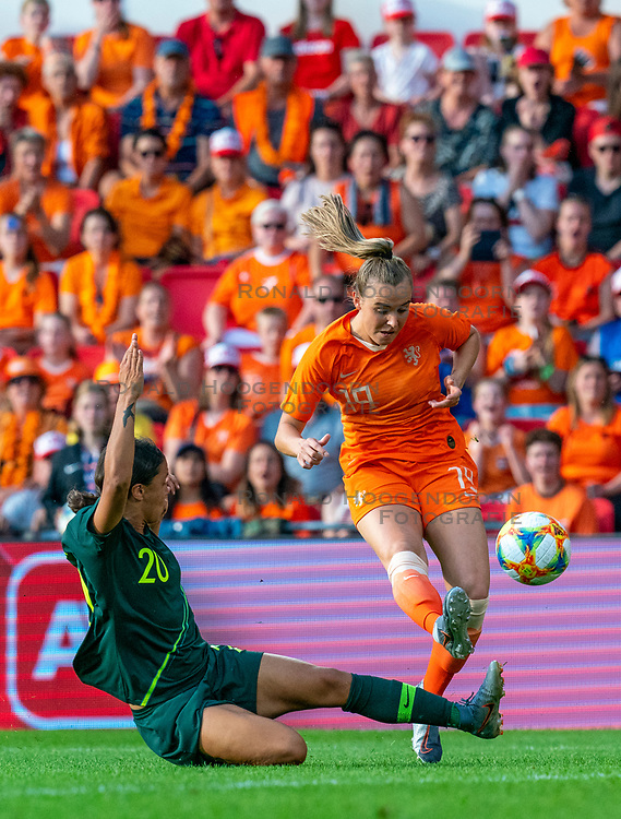 01-06-2019 NED: Netherlands - Australia, Eindhoven<br /> <br /> Friendly match in Philips stadion Eindhoven. Netherlands win 3-0 / Jill Roord #19 of The Netherlands, Sam Kerr #20 of Australia