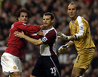 Fotball<br /> Premier League 2004/05<br /> Manchester United v Middlesbrough<br /> 3. oktober 2004<br /> Foto: Digitalsport<br /> NORWAY ONLY<br /> Ruud Van Nistlerooy and Colin Cooper tussle as they wait for a corner