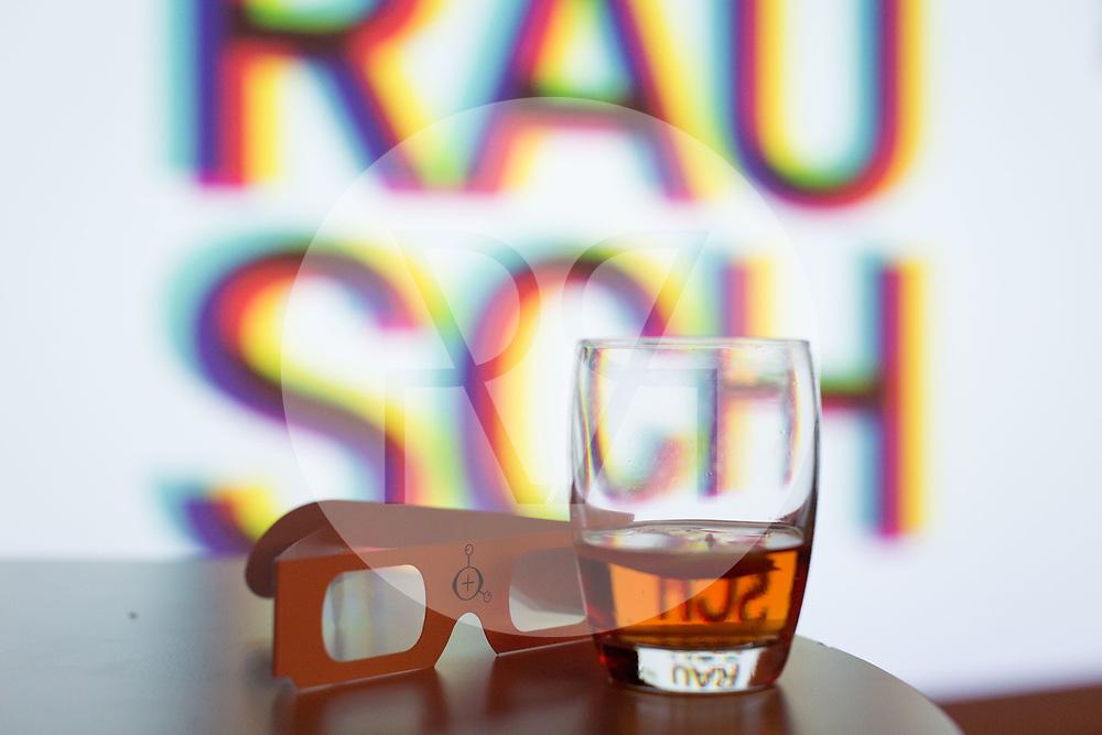 SCHWEIZ - ZÜRICH - Sazerac, Absinth Cocktail, vor dem Logo von science+fiction bei Karl: Rauschlabor - Drinks und Debatten, im Karl der Grosse - 22. März 2018 © Raphael Hünerfauth - http://huenerfauth.ch