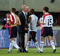 Fotball<br /> 04.09.2004<br /> Foto:SBI/Digitalsport<br /> NORWAY ONLY<br /> <br /> Østerrike v England<br /> World Cup Qualifier<br /> <br /> England coach Sven Gøran Eriksson (C) looks on impotently as his charges walk off the field having squandered a two goal lead.