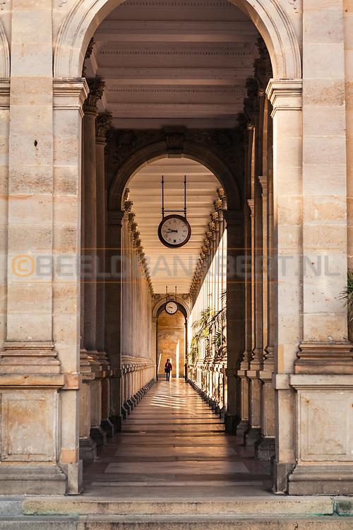 20-09-2015: Stadscentrum in Karlovy Vary (Karlsbad), Tsjechië. Foto: Mooie boogbouw