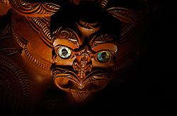 Primeiros habitantes da Nova Zelândia, os Maoris são uma descendentes dos polinesios e são guerreiros por natureza. Tanto as esculturas, todas em madeira trabalhada, como na danças de guerra, a lingua de fora e caracteristica e serve de alerta aos rivais. FOTO: Lucas Uebel/Preview.com