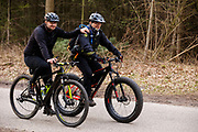 Bij Lage Vuursche rijden mountainbikers mee met het off-road fietsevenement Where The Streets Have No Name. Een mountainbiker met pech wordt geholpen door een man op een fatbike.<br /> <br /> Mountainbikers ride at the trails during the off-road bike festival Where The Streets Have No Name near Lage Vuursche.