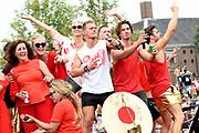 De jaarlijkse Canal Parade is onderdeel van de Amsterdam Gay Pride. Tijdens dit evenement vieren lesbiennes, homos, biseksuelen en transgenders (LHBT) dat ze mogen zijn wie ze zijn en mogen houden van wie ze willen. <br /> <br /> The annual Canal Parade is part of the Amsterdam Gay Pride. During this event lesbians, homosexuals, bisexuals and transgenders (LGBT) celebrate that they can be who they are and are allowed to love who they want.<br /> <br /> Op de foto / On the photo:  Ferry Doedens , Jette van der Meij , Truus te Selle
