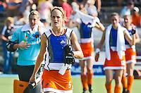 AMSTELVEEN - De speelsters van Oranje met in het midden Carlien Dirkse van den Heuvel verlaten in koelvesten het veld tijdens de rust, dinsdag tijdens Nederland-Nieuw Zeeland bij de Champions Trophy Hockey 2011 voor dames in Amstelveen . ANP KOEN SUYK