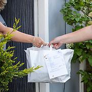 NLD/1Huizen/2020041 - Maaltijd- en pakketbezorgers draaien overuren door coronovirus