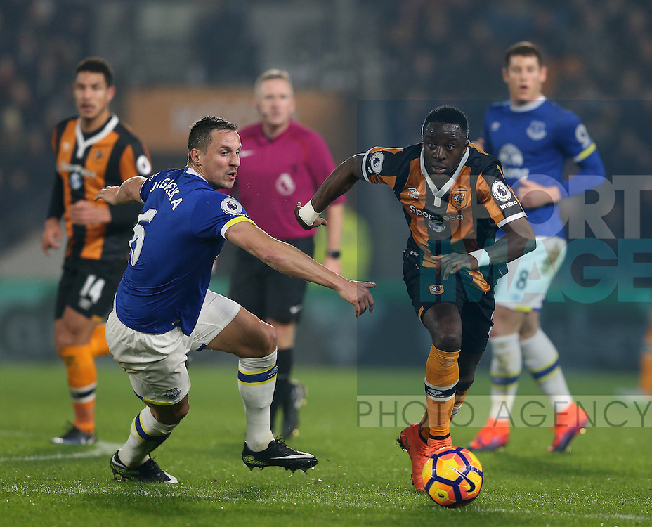 Phil Jagielka of Everton tussles with Adams Diomande of Hull City during the English Premier League match at the KCOM Stadium, Kingston Upon Hull. Picture date: December 30th, 2016. Pic Simon Bellis/Sportimage