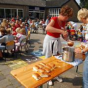 Kinderen van den Brugghenschool Huizen krijgen worst tussen de middag, lunch