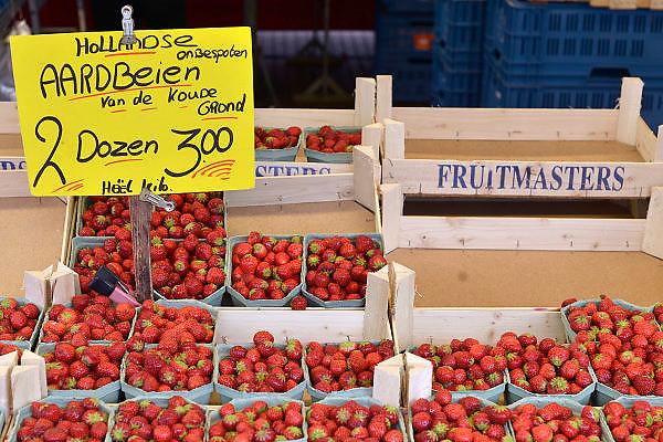 Nederland, Nijmegen, 16-8-2014Opde markt zijn nederlandse groenten en fruit in de aanbieding. De prijzen zijn sterk gedaald vanwege de sancties jegens Rusland ende  boycot van Rusland van Europese groente en fruit.aardbeienFOTO: FLIP FRANSSEN/ HOLLANDSE HOOGTE