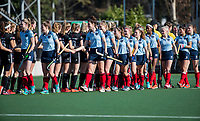 AMSTELVEEN -  shake hands voor  de oefenwedstrijd tussen Amsterdam en Laren dames   COPYRIGHT KOEN SUYK
