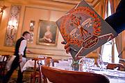 Le plus vieux café de Paris...<br /> Fondé en 1686 par Francesco Procopio dei Coltelli, des figures emblématiques comme Voltaire, Danton, Robespierre, Marat ou Benjamin Franklin côtoyaient ce lieu prestigieux.<br /> Témoin de l'histoire, ce restaurant surprenant au décor marqué par les événements parisiens qui s'y sont déroulés saura vous charmer.<br /> Le Procope vous surprendra aussi par ses compositions culinaires : coq au vin ivre de Juliénas ou poissons du marché à la plancha.