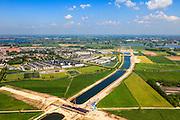 Nederland, Noord-Brabant, Den Bosch, 09-05-2013; werkzaamheden aan de Zuid-Willemsvaart. Begin van het nieuwe kanaal bij Gewande, ten Oosten van Empel, gezien naar de Maas. Het kanaal wordt verbreed, uitgegraven en omgelegd - zodat de binnenstad van Den Bosch vermeden kan worden. Het gaat niet allen om een omlegging, maar ook om een opwaardering zodat grote schepen van het kanaal gebruik kunnen blijven maken.<br /> View on works on the Zuid-Willemsvaart (channel) in the back the river Maas (Meuse) near Den Bosch (Southern Netherlands).<br /> luchtfoto (toeslag op standard tarieven);<br /> aerial photo (additional fee required);<br /> copyright foto/photo Siebe Swart.