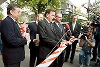 """26.04.1999, Deutschland/Bonn:<br /> Ottmar Schreiner, SPD Bundesgeschäftsführer, Klaus Hänsch, MdEP und SPD Spitzenkandidat zur Europawahl, und Gerhard Schröder, SPD Parteivorsitzender und Bundeskanzer, Schröder und Hänsch zerschneiden ein Band als Startsingnal für die """"Roten Busse"""" der SPD für den Europawahlkampf, Funktionskonferenz der SPD,  Stadthalle Bonn-Bad Godesberg<br /> IMAGE: 19990426-01/03-11<br /> KEYWORDS: Klaus Haensch, Gerhard Schroeder"""