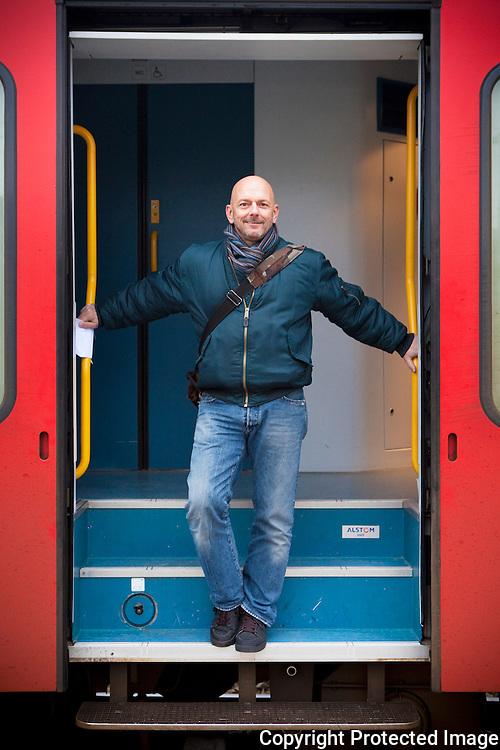 372643-Foto van Peter Van Sande met nep-vervoerbewijs bij het afstappen van detrein Mechelen-Lier-Herentals in Herentals