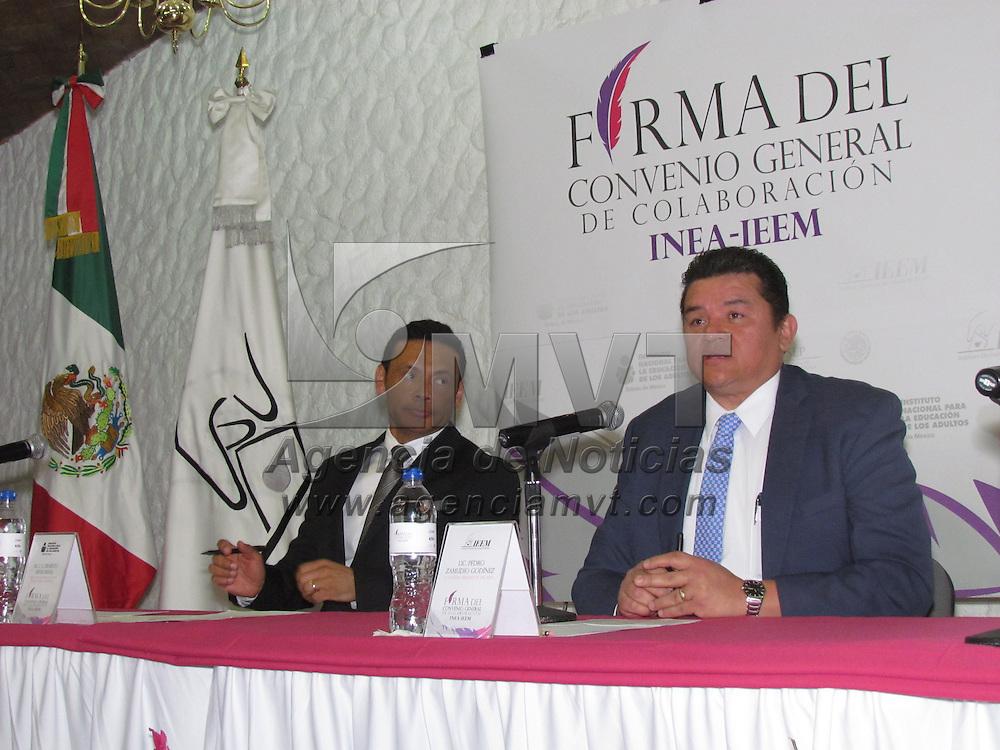 Toluca, México (Abril 26, 2016).- Pedro Zamudio Godinez, Consejero presidente del IEEM y Ernesto Rivas Rivas, delegado del INEA en el Edo MEX, durante la firma de convenio general de colaborqación para promover la cultura democratica. Agencia MVT / Arturo Hernández.