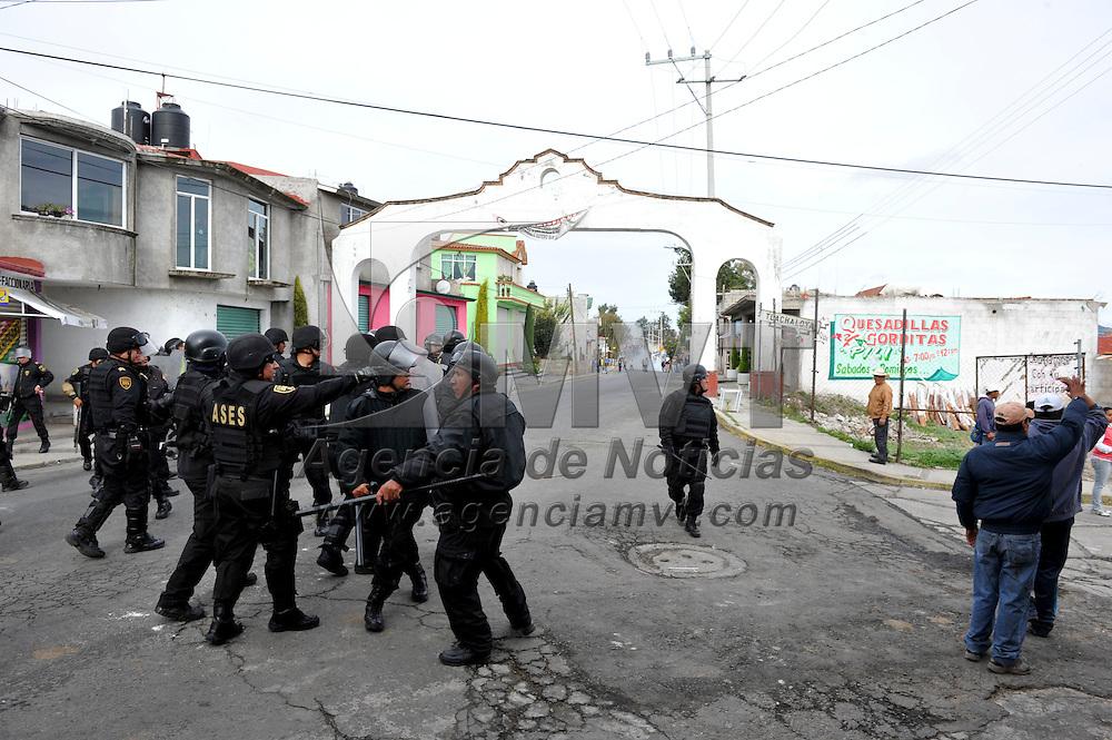 Toluca, México.- Elementos de la CESC se enfrentaron a pobladores de Tlachaloya,, para liberar a dos agentes ministeriales  y dos representantes de la Dirección de Gobierno Municipal que se encontraban retenidas; una persona resulto lesionada de bala, seis golpeados, cuatro detenidos y dos patrullas de la policía ministerial destruidas.  Agencia MVT /Mario Vazquez de la Torre