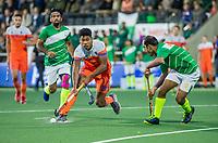 AMSTELVEEN - Terrance Pieters (Ned) met Rashid Mehmood (Pak)    tijdens  de tweede  Olympische kwalificatiewedstrijd hockey mannen ,  Nederland-Pakistan (6-1). Oranje plaatst zich voor de Olympische Spelen 2020.   COPYRIGHT KOEN SUYK
