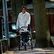 Eric de Zwart met dochter winkelend in Laren