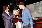 Presentatie 11e editie Top 40 Hitdossier en lancering nieuwe website www.top40.nl in De Vorstin, Hilversum.<br /> <br /> Op de foto: Gers Pardoel krijgt de award van Erik de Zwart