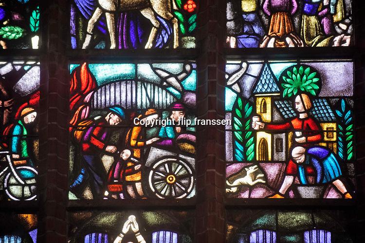 Nederland, Ooij, 14-2-2020Een gebrandschilderd glas in lood raam in de kerk van ooij. Het verteld het verhaal van de opvang van evacués uit de stad naar de kerk en is vlak na de oorlog geschonken als dank hiervoor.Foto: Flip Franssen