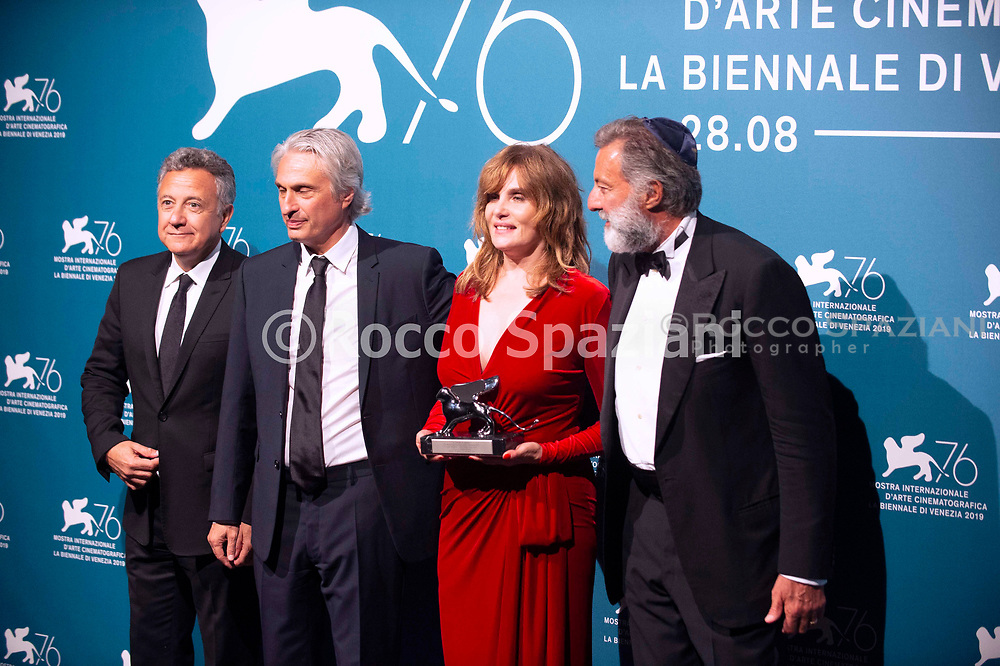 """VENICE, ITALY - SEPTEMBER 07: (L-R) Paolo Del Brocco, Alain Goldman, Emmanuelle Seigner and Luca Barbareschi pose with the Silver Lion Award - Grand Jury Prize for """"J'Accuse"""" (An Officer And A Spy) at the Winners Photocall during the 76th Venice Film Festival at Sala Grande on September 07, 2019 in Venice, Italy."""