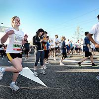 Nederland, Amsterdam , 16 oktober 2011..Enkele Fonds Psychische Gezondheid deelnemers van de Marathon Amsterdam bereiden zich voor d.m.v. een warming up..Foto:Jean-Pierre Jans
