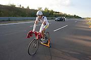 Francesco Russo fietst zich warm voor hij een poging doet naar het werelduurrecord<br /> <br /> Francesco Russo is warming up for his attempt to break the world record