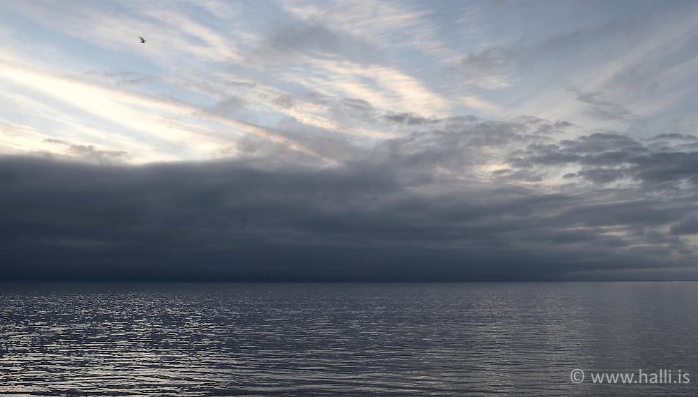 Hafið og himininn að kvöldi / The sky and the ocean in Reykjavik