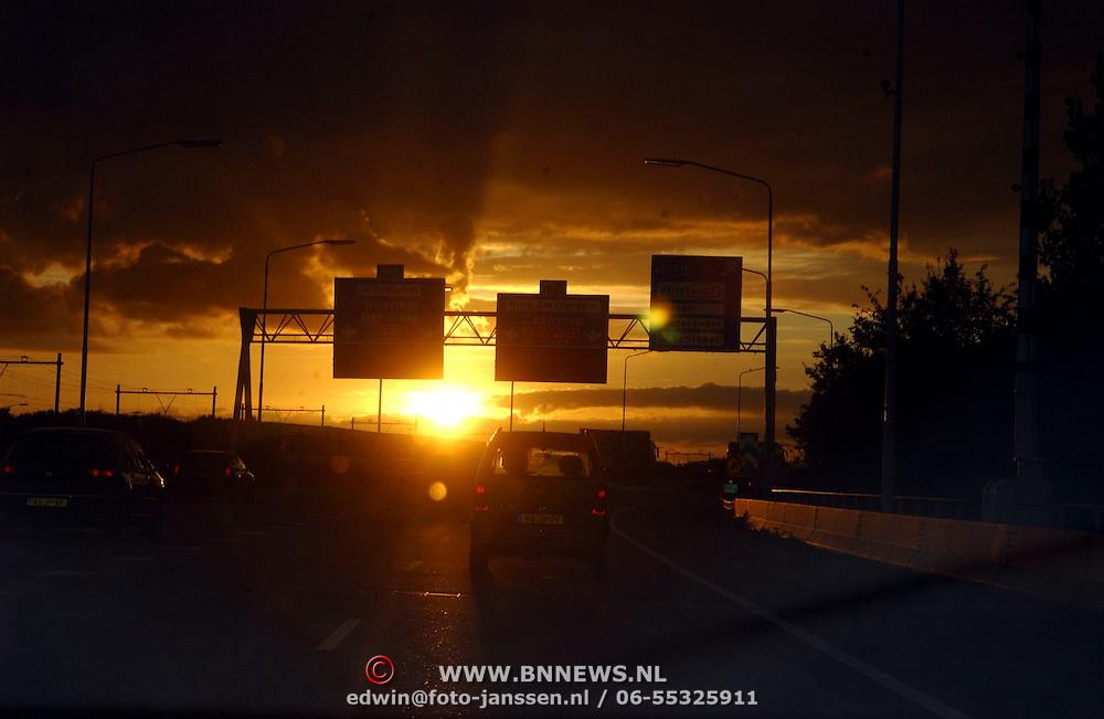 NLD/Amsterdam/20051003 - Ondergaande zon A10 Amsterdam, verkeer, zonsondergang, mobiliteit, natuur, stremming, file,