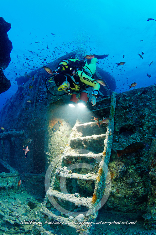 Schiffswrack Thistlegorm, Taucher am Schiffs Wrack, Shipwreck Thistlegorm, Schuba diver on Ship wreck, Rotes Meer, Ägypten, Red Sea Egypt