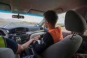 De teammanager en de trainer feliciteren elkaar met een geslaagde run. Het Human Power Team Delft en Amsterdam, dat bestaat uit studenten van de TU Delft en de VU Amsterdam, is in Amerika om tijdens de World Human Powered Speed Challenge in Nevada een poging te doen het wereldrecord snelfietsen voor vrouwen te verbreken met de VeloX 7, een gestroomlijnde ligfiets. Het record is met 121,44 km/h sinds 2009 in handen van de Francaise Barbara Buatois. De Canadees Todd Reichert is de snelste man met 144,17 km/h sinds 2016.<br /> <br /> With the VeloX 7, a special recumbent bike, the Human Power Team Delft and Amsterdam, consisting of students of the TU Delft and the VU Amsterdam, wants to set a new woman's world record cycling in September at the World Human Powered Speed Challenge in Nevada. The current speed record is 121,44 km/h, set in 2009 by Barbara Buatois. The fastest man is Todd Reichert with 144,17 km/h.