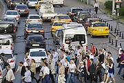 Turkije, Istanbul, 4-6-2011Straatbeeld. Verkeer langs de oever van de Bosporus. Foto: Flip Franssen