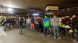 14.09.2015, Hauptbahnhof Salzburg, AUT, Fluechtlinge am Hauptbahnhof Salzburg auf ihrer Reise nach Deutschland, im Bild Flüchtlinge warten bei der Essensausgabe // Migrants waiting at food distribution. Thousands of refugees fleeing violence and persecution in their own countries continue to make their way toward the EU, Main Train Station, Salzburg, Austria on 2015/09/14. EXPA Pictures © 2015, PhotoCredit: EXPA/ JFK