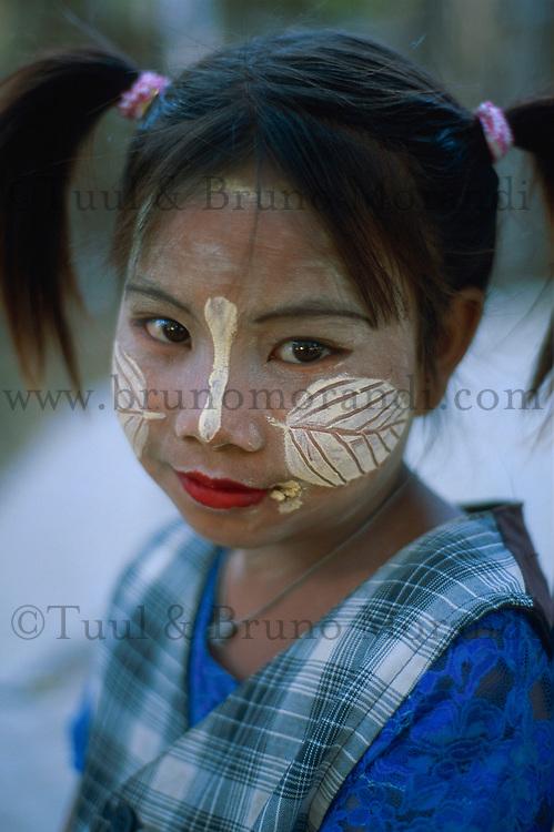 Myanmar (ex Birmanie), Mandalay,Enfant avec un maquillage de protection // Myanmar (Burma), Mandalay, Children with make up mask for protection