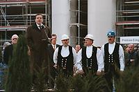 22 OCT 1999, BERLIN/GERMANY:<br /> Gerhard Schröder, Bundeskanzler, hält eine Rede anläßlich des Richtfest des neuen Bundeskanzleramtes, vor den Verantwortlichen und den Polieren, Baustelle Bundeskanzleramt<br /> IMAGE: 19991022-01/01-10<br /> KEYWORDS: Gerhard Schröder, Kanzleramt