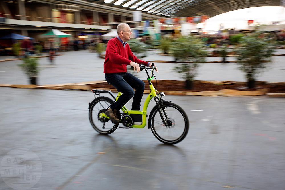 Nederland, Amsterdam, 31-01-2015<br /> Een man probeert een elektrische fiets uit. In Amsterdam wordt in de RAI de Fiets- en Wandelbeurs gehouden. De beurs richt zich op actieve buitensportvakanties. Fietsers en wandelaars kunnen informatie vinden over materieel en reizen, lezingen volgen en het een en ander uitproberen.<br /> <br /> In Amsterdam at the RAI the Cycling and Walking Fair is held. The exhibition focuses on active outdoor holidays. Cyclists and hikers can find information on equipment and trips, lectures and follow a few things to try.