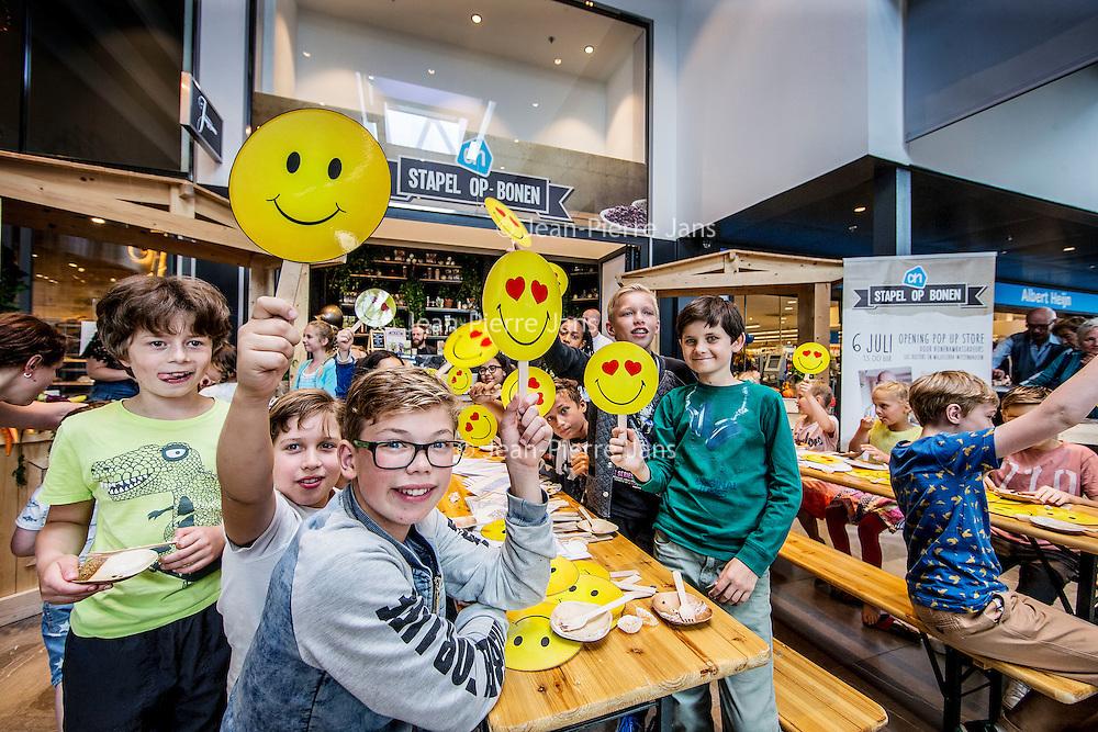 Nederland, Amsterdam , 6 juli 2016.<br /> Vandaag opent de eerste bonen pop-up store ter wereld zijn deuren. Op het Gelderlandplein in Amsterdam kan men vijf dagen lang binnenstappen in de wereld van bonen. Foodie Miljuschka Witzenhausen en chef kok Luc Kusters (Restaurant Bolenius, beste Groenterestaurant 2015) openden de store met een bonenproefles. Een kinderjury verkoos de bonenbrownie tot het lekkerste bonengerecht. De pop-up store is een initiatief van Albert Heijn in het kader van het Internationale Jaar van de Boon. <br /> <br /> <br /> Netherlands, Amsterdam, July 6, 2016.<br /> Today the first beans pop-up store in the world opened its doors. On the Gelderlandplein in Amsterdam one can step into the world of beans during five days. Foodie Miljuschka Witzenhausen and chief cook Luc Kusters (Bolenius Restaurant, Best Vegetable Restaurant 2015) opened the store with a bean trial lesson. A children's jury chose the brownie beans as the most delicious bean dish. The pop-up store is an initiative of Albert Heijn in the context of the International Year of the Bean.<br /> <br /> Foto: Jean-Pierre Jans