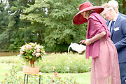 Koningin Maxima onthult en doopt een nieuwe roos tijdens een landelijk symposium van de Nederlandse Rozenvereniging en de gemeente Oldambt in het Rosarium in Winschoten. De roos is ontwikkeld ter ere van het vijftigjarig bestaan van het Rosarium en het daarvoor door de gemeente Oldambt uitgeroepen Jaar van de Roos. <br /> <br /> Queen Maxima reveals and bounces a new rose during a national symposium of the Dutch Rosary Society and the Oldambt municipality in the Rosarium in Winschoten. The rose was developed in honor of the 50th anniversary of the Rosarium and the Year of the Rose declared by the municipality of Oldambt.