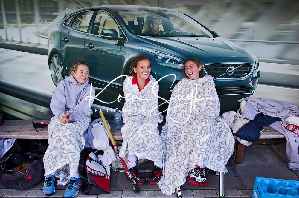 AERDENHOUT - Meisjes C1 in de dug out met Volvo reclame bij hockeyclub Rood-Wit in Aerdenhout. COPYRIGHT KOEN SUYK
