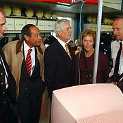 Huizerdag 2001, open dag Brandweer, uitleg internetsite commandant Evert van Vliet en Lucien van Willigenburg aan burgemeester Verdier