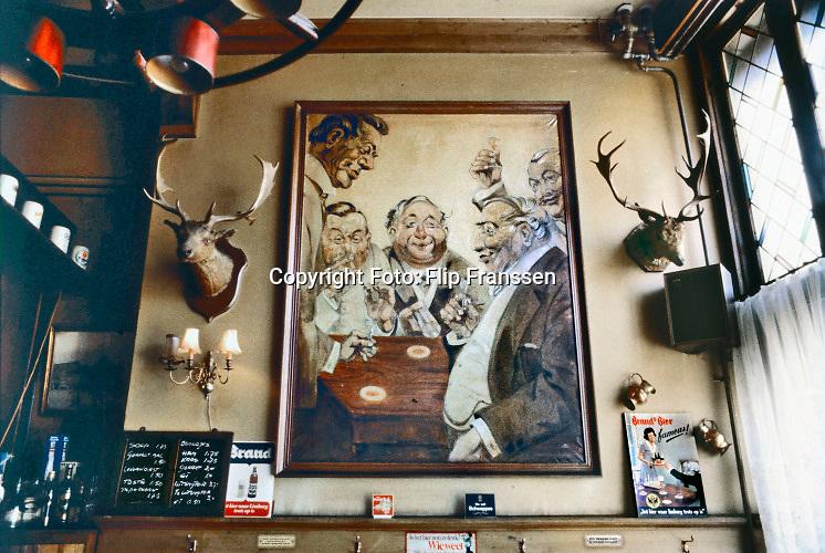 Nederland, Nijmegen, 15-9-1979  Interieur van cafe Marktzicht aan de Grote Markt . Het is afgebrand in 1989 en na de herbouw met oorspronkelijk exterieur is er een modern interieur in gekomen . Inmiddels is het van naam veranderd in stadscafe Jan. Het was in de jaren 70 en 80 van de vorige eeuw een van de best lopende cafes van brouwerij Brand buiten de Vogelstruys in Maastricht . Het schilderij dateert uit de jaren 30 en zou een verrekening zijn geweest van uitstaande schuld aan de eigenaar Pierre de Haard senior, oude Piet . Toen heette het de Koning van Pruisen .Foto: ANP/ Hollandse Hoogte/ Flip Franssen