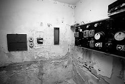 In questa piccola stanzetta angusta avveniva il rituale della proiezione del film. Attraverso il foro centrale sul muro il fascio luminoso proiettava la pellicola sullo schermo nella sala. Si può in oltre intravedere il quadro elettrico dove si potevano spegnere o accendere le luci della sala, oppure comandare il proiettore. La foto è stata scattata nel vecchio cinema di Lizzano (Ta).