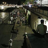 La magie des soirées parisiennes au bord de la Seine était intacte en cette mi-septembre. Les températures étaient encore très douces dans la Ville Lumière et on pouvait ainsi prendre son temps et discuter de tout et de rien avec des amis.<br /> Depuis, l'automne est bien arrivé, avec son manteau coloré. Plus de longue discussion au bord de la rivière, mais beaucoup de balades en forêt. Mais ça, c'est une autre histoire, que je raconterai une autre fois.<br /> <br /> Parisian evenings along river Seine were still magical, back in mid-September. Mild temperatures in the City of Lights were making it possible to take it slow and talk about this and that with friends.<br /> Since then, autumn has come, with its wonderful colours. No more long chats by the river but lots of walks in the forest. But this will be a story for another time.