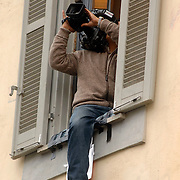 ITA/Bracchiano/20061118 - Huwelijk Tom Cruise en Katie Holmes, cameraman hangt uit een raam