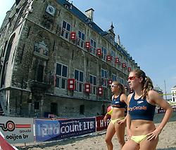 18-06-2006 VOLLEYBAL: CITY BEACH TOUR: GOUDA<br /> De finales van de City Beach! Tour stond dit weekend op de markt van Gouda / Laura Dijkema en Madelein Meppelink<br /> ©2006-WWW.FOTOHOOGENDOORN.NL