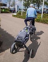 GOES - leden komen en gaan ,  met golftas achter de fiets.  Golfbaan De Goese Golf,   op Zuid-Beveland, COPYRIGHT  KOEN SUYK