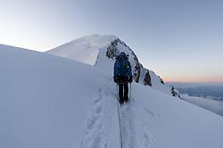 THEMENBILD - Bergsteiger am Bosses Grat am Mont Blanc. Der Mont Blanc ist mit 4810 m Höhe der höchste Berg der Alpen und der Europäischen Union. Aufgenommen am 07.08.2018 in Chamonix, Frankreich // Mountaineers on the Bosses Ridge at Mont Blanc. Mont Blanc (4810m) is the highest Mountain of the Alps and the European Union. Chamonix, France on 2018/08/07. EXPA Pictures © 2018, PhotoCredit: EXPA/ Michael Gruber